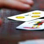 Come trascorrere il tempo libero? Divertimento e coinvolgimento assicurati con il gioco della Scopa!
