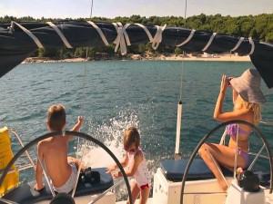 Bambini-e-il-bagno-dalla-barca-a-vela