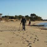 Metal detector in spiaggia